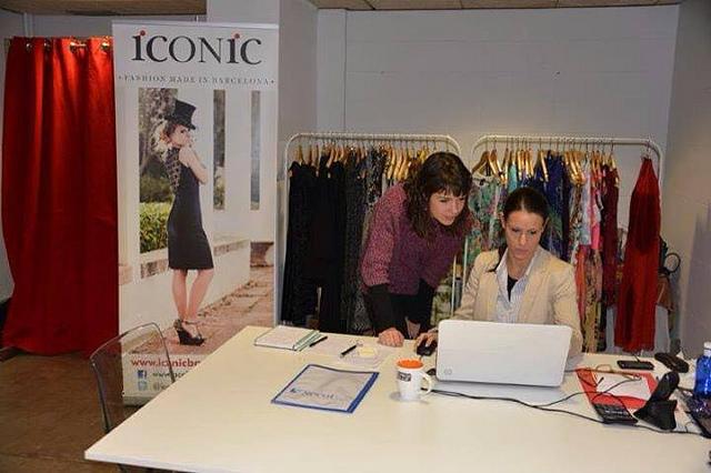 Las dos hermanas revisan el trabajo en su oficina, sita en Barcelona.