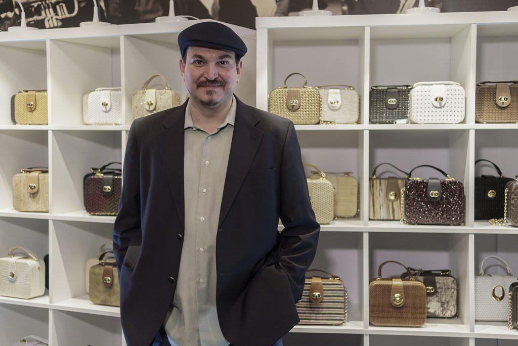 El diseñador Carlos Nieves junto a sus bolsos de Un1Kos. / Foto: David Domínguez.