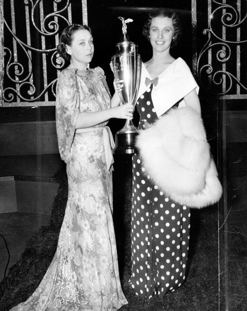 Gewn Wakeling entrega el premio a Miss América 1936.
