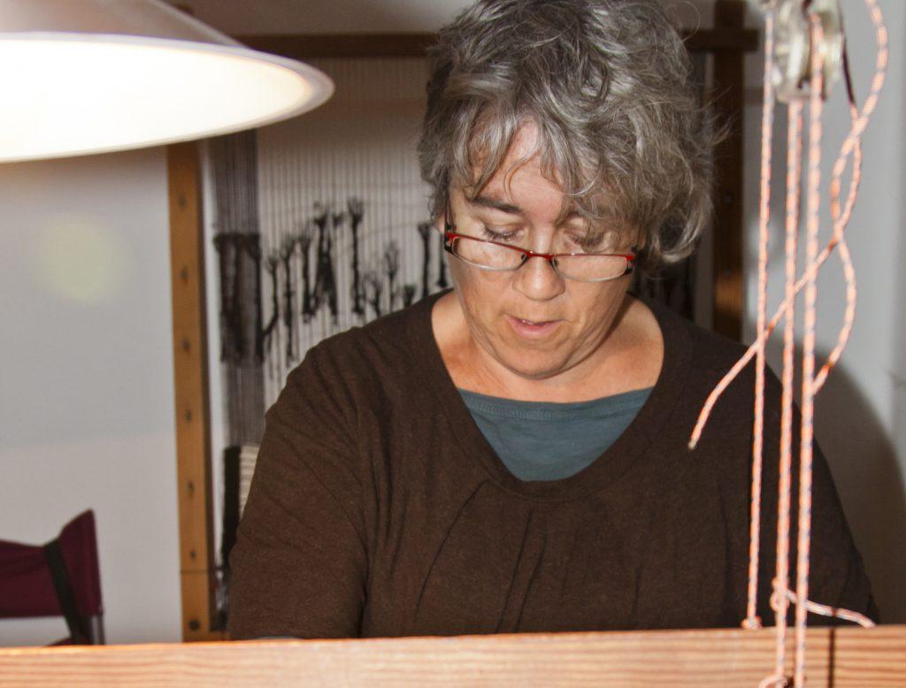 La artesana trabaja en su telar. / Foto: David Domínguez.