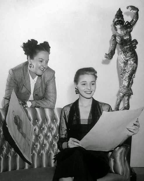 La diseñadora Leah Rhodes muestra unos bocetos a Patricia Neal.