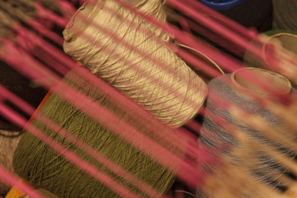 Entramado de hilos en una de las mallas del telar de la artesana./ Foto. David Domínguez.