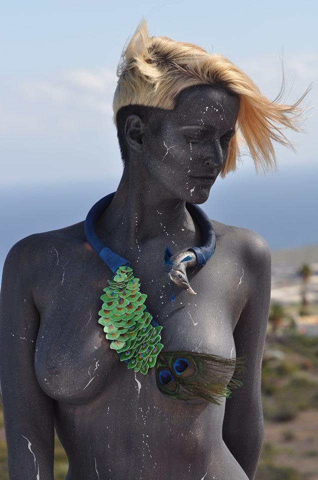 Maxi collar que represnta un pavo real, obra de María Macira. / Foto: Enrique Tapia.