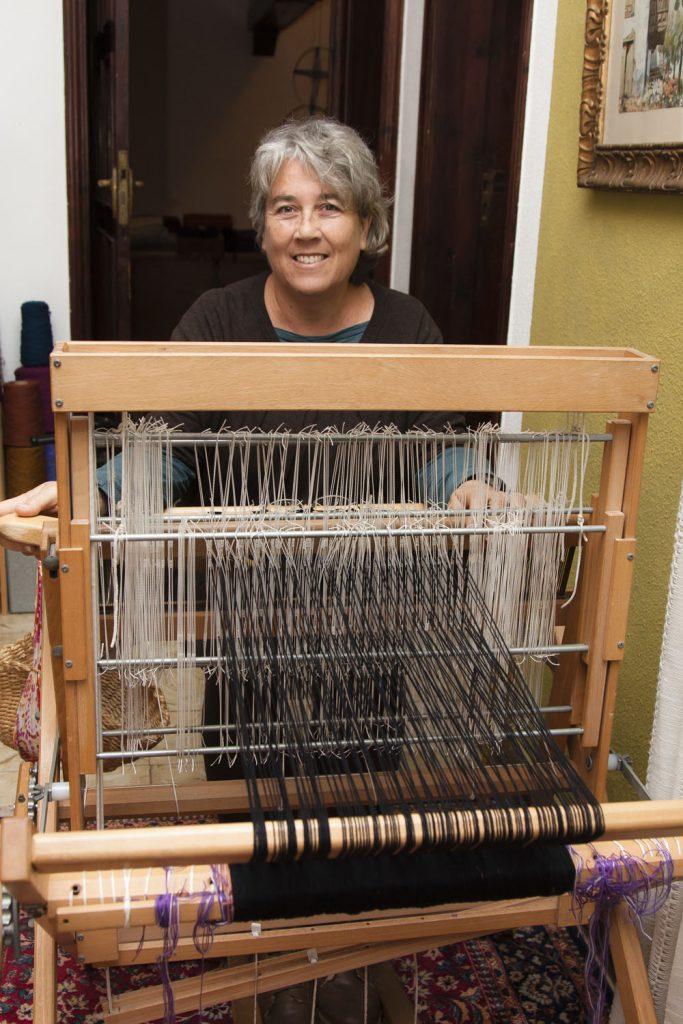 La tejedora Teresa Pérez ante uno sus telares. / Foto. David Domínguez.