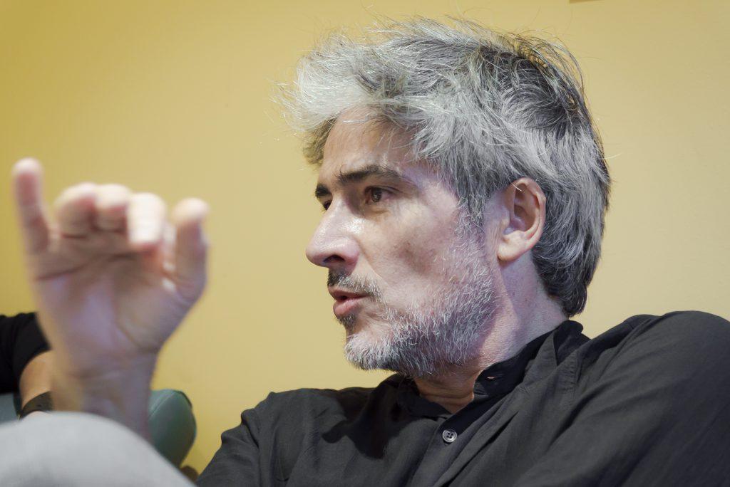 El diseñador catalán, Josep Abril, durante la entrevista. / Foto: David Domínguez.