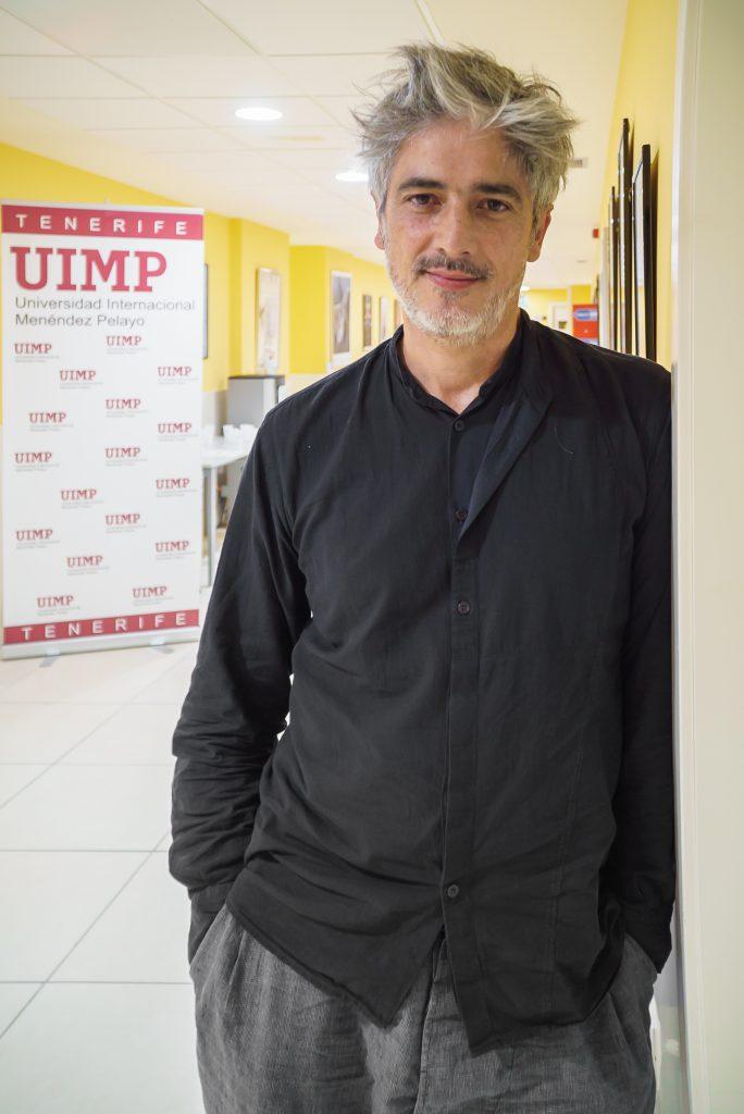 Josep Abril posa en la nueva sede de la UIMP en Tenerife. / Foto: David Domínguez.