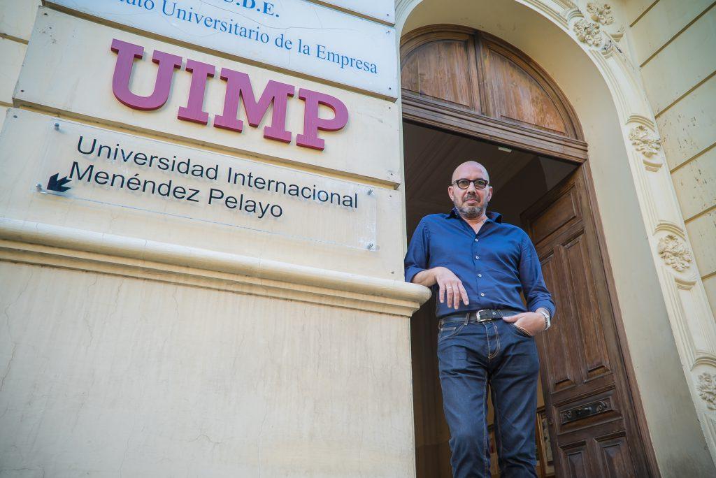El director de Fuentecapala, Jesús Vargas, posa en la nueva sede de la UIMP de Tenerife. / Foto: David Domínguez.