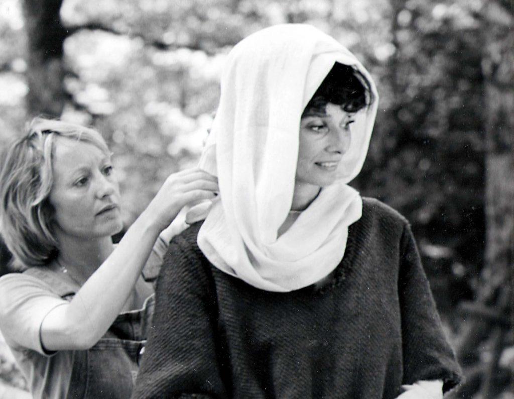 Blake ultima el vestuario de Audrey Hepburn.
