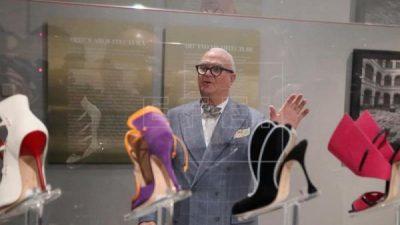 Manolo Blahnik pisa Madrid con una gran exposición de sus míticos zapatos