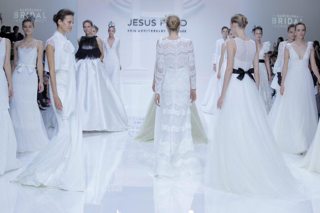 La elegancia nupcial cubre de color la pasarela de la Barcelona Bridal (I)