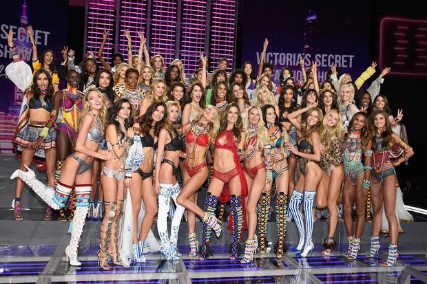 Los sensuales ángeles de Victoria's Secret desfilan en Nueva York