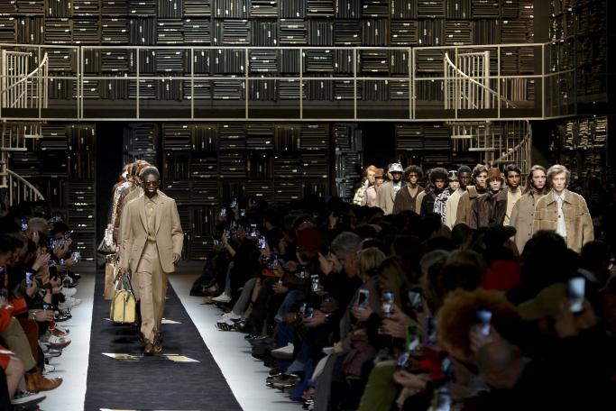 El hombre pone color al próximo invierno en la pasarela de Milán