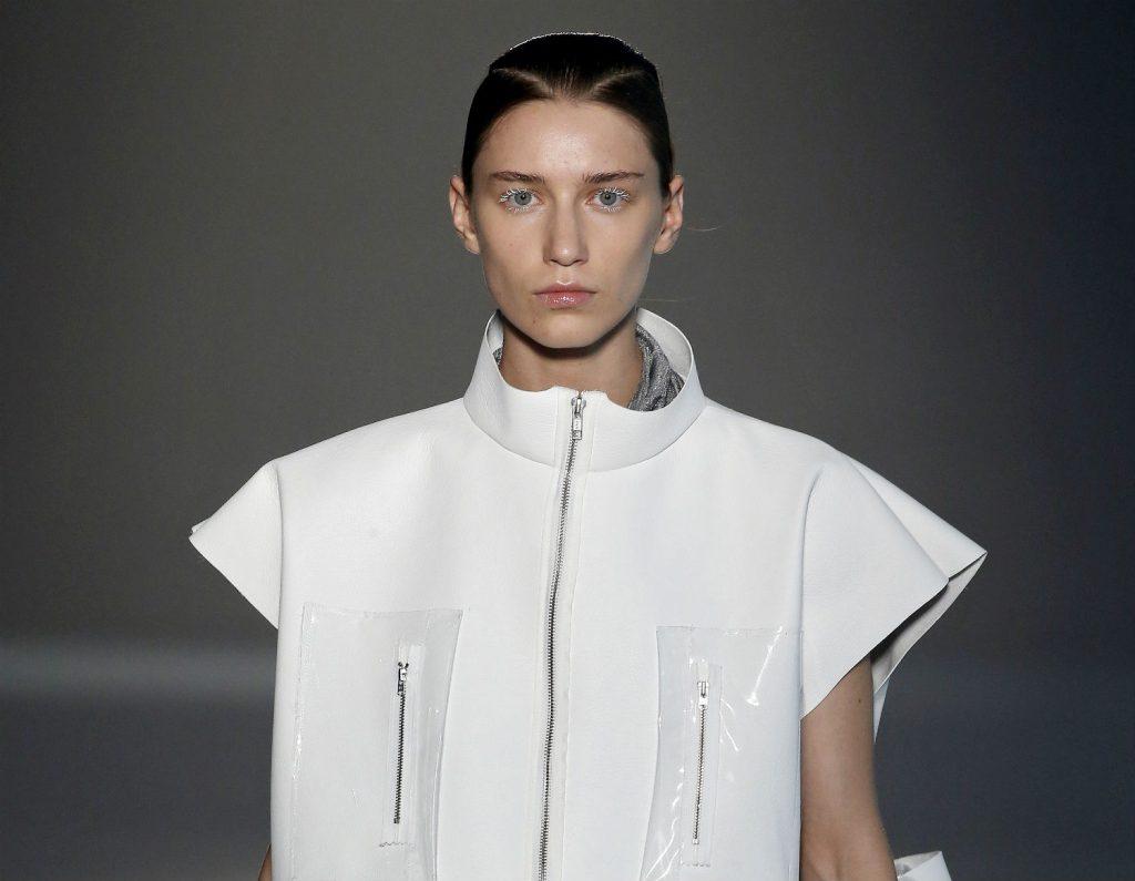 El minimalismo en blanco y negro conquista la pasarela 080 Barcelona