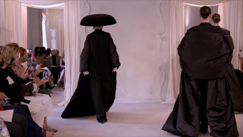 Balenciaga regresa a la Alta Costura con guiños futuristas