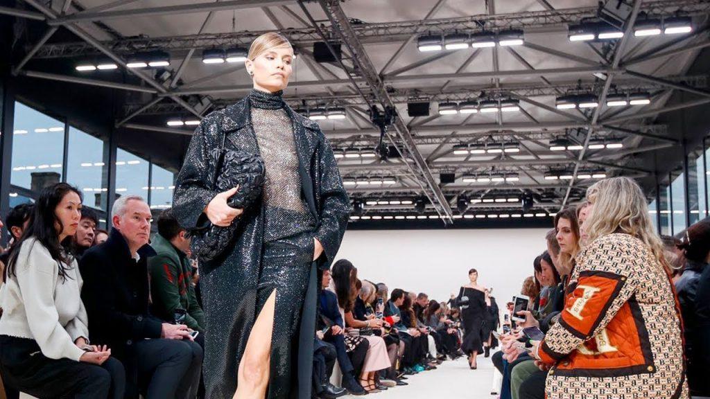 Valentino se reagrupa en una sola marca y no usará pieles en 2022